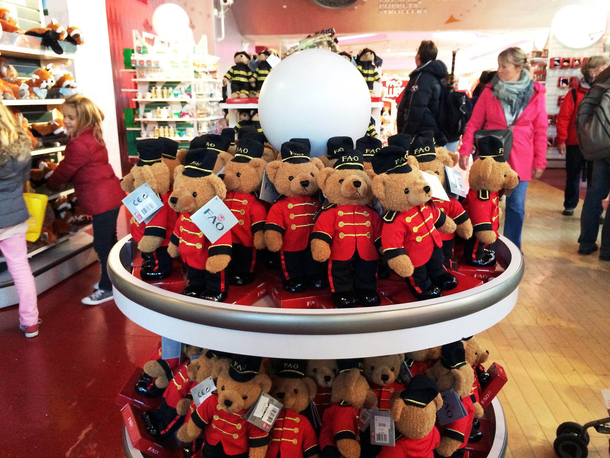 FAO Schwarz teddy bears in New York. Photo by alphacityguides.
