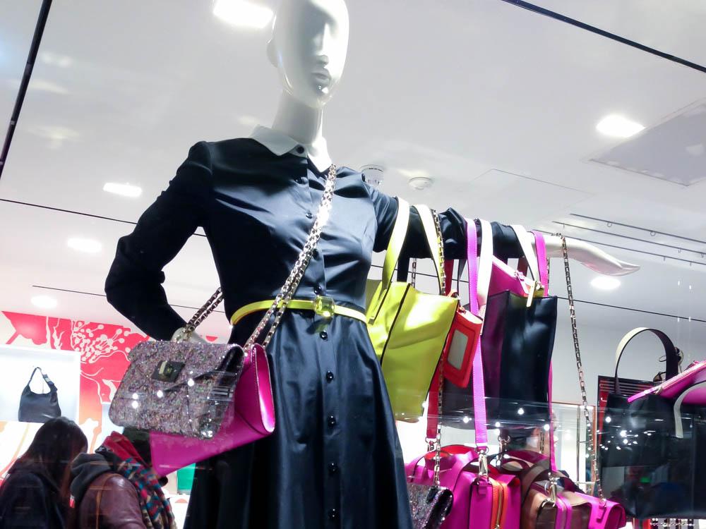 Handbag display at Kate Spade. Photo by alphacityguides.