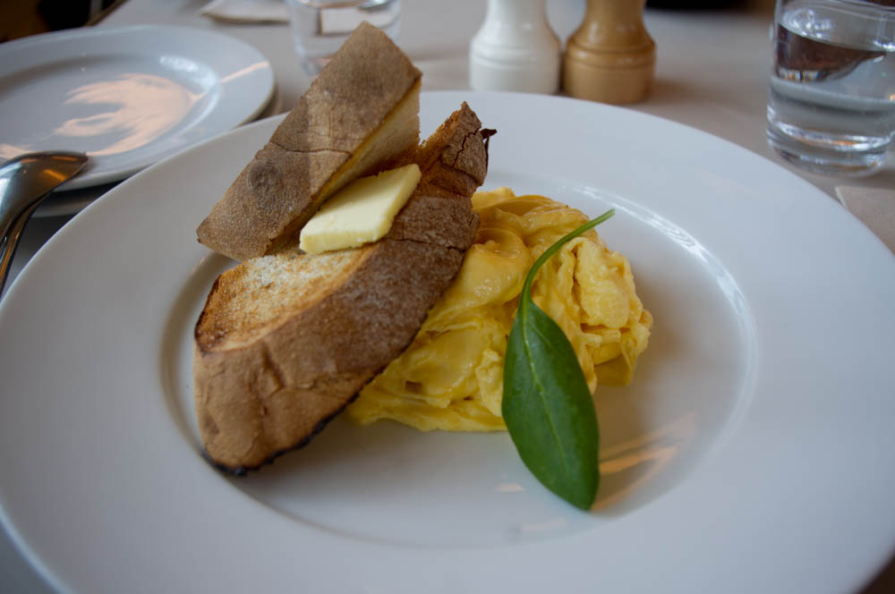 Scrambled eggs at Bills in Tokyo. Photo by alphacityguides.
